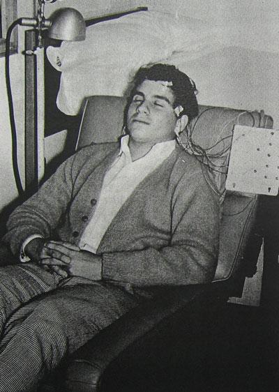 Джулио во время ЭЭГ