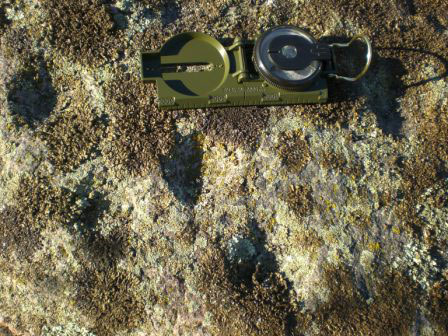 Фрагмент камня. Длина компаса – 14 см., шкала – 12 см.