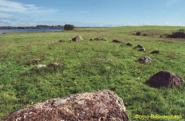 Каменная П-образная фигура на озере Яново. Фото В.Ф. Винокурова.