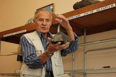 Всеволод Евгеньевич Бордон с муляжом метеорита Забродье.