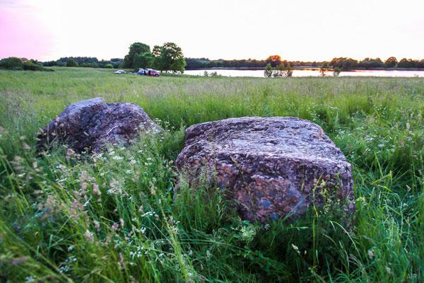 Вид на гору Волотовку (Толкачевку) от каменной фигуры на берегу озера Яново. Фактически гора не видна для наблюдателя.